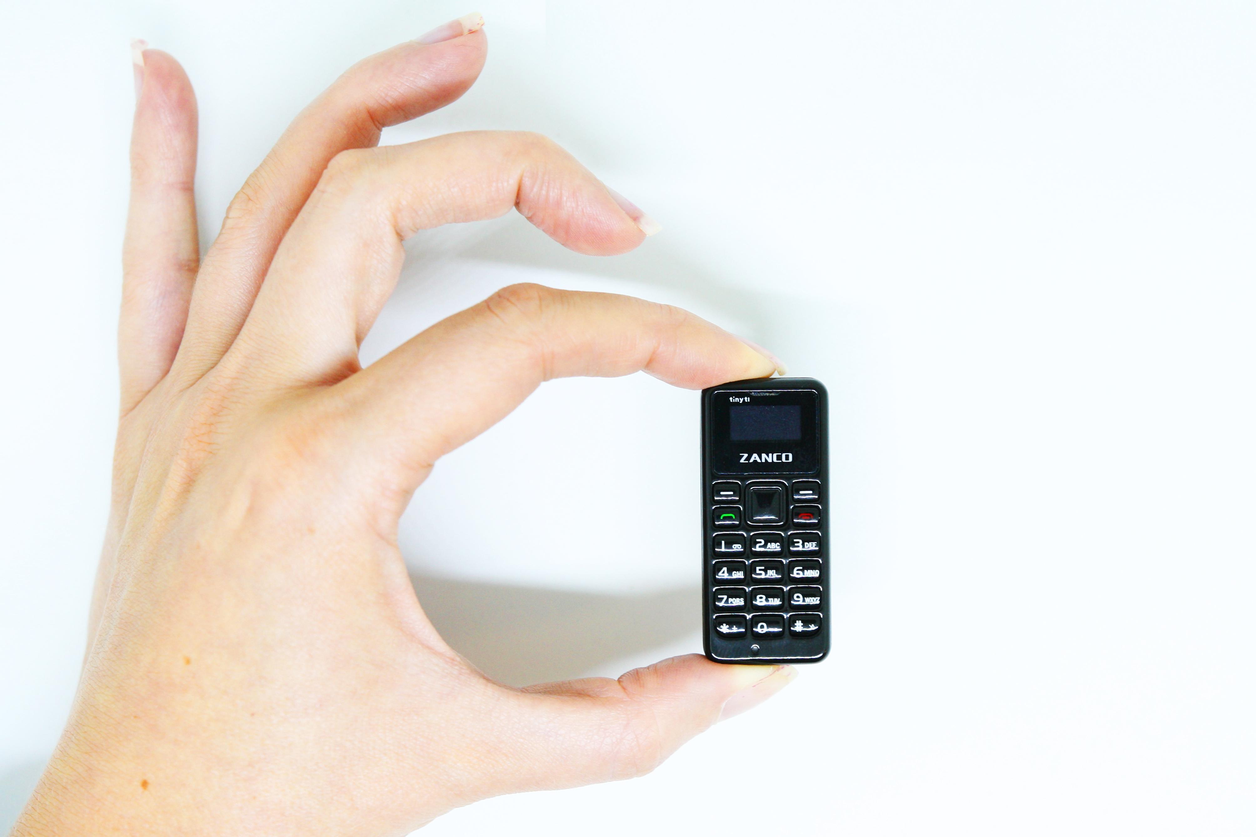 saul-ameliach-especialista-en-nuevos-desarrollos-saul-ameliach--movil--el-movil-mas-pequeno-que-un-dedo-pulgar-permite-atender-llamadas-de-voz-y-mas-noticias